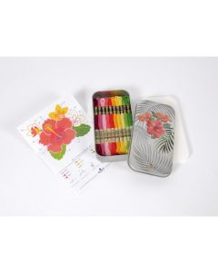 DMC Mouline Floral Limited edition blikmet 10 strengen DMC Mouline, 1 traditioneel borduurpatroon en 1 kruissteekpatroon.