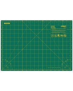 Quilt snijmat met centimeters en inches. De groene snijmat is aan een kant 18x12inches en en aan de andere kant 45x30cm. Dus aan twee kanten te gebruiken