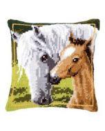 wit paard met veulen